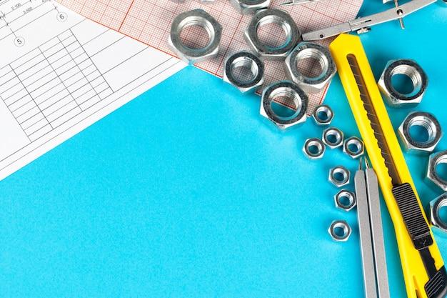 Desenho detalhado de peças, nozes em papel