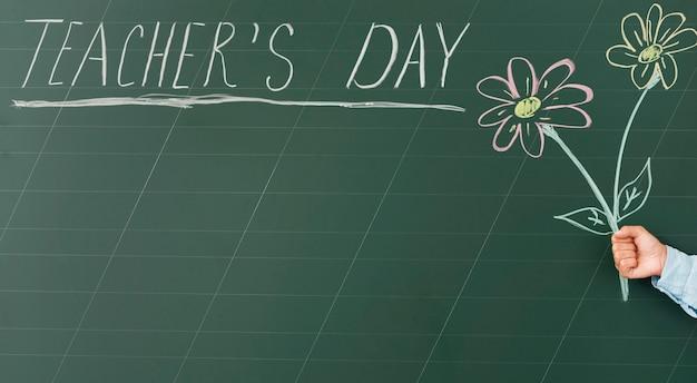 Desenho do dia do professor fofo e texto no quadro-negro
