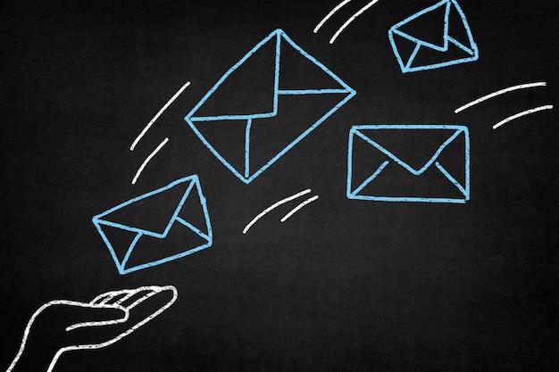 Desenho em um quadro-negro com envelopes azuis
