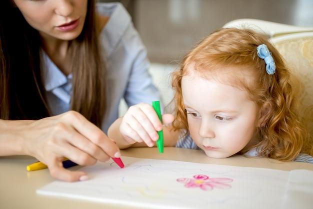 Desenho sério da menina com a mãe ou o baby-sitter