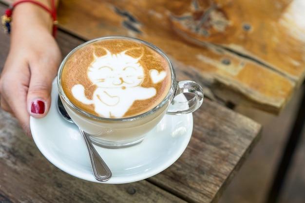 Desenhos animados de gato na arte de latte de café