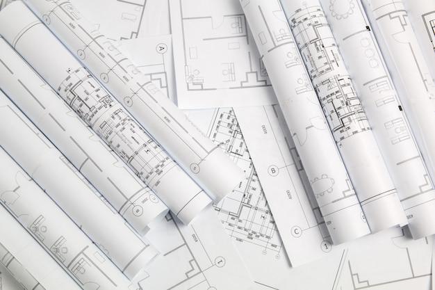 Desenhos arquitetônicos e modelo em papel