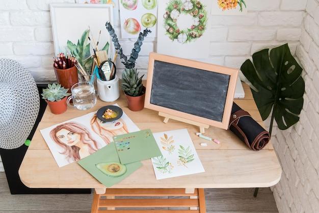 Desenhos de alto ângulo na mesa