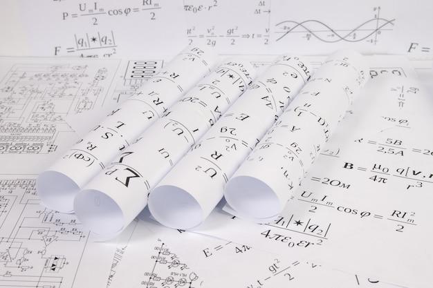 Desenhos de engenharia com fórmulas elétricas matemáticas e gráficos
