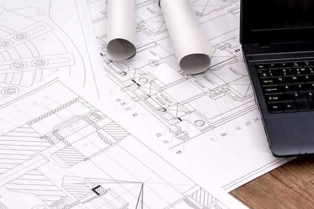 Desenhos de engenharia de peças com um laptop