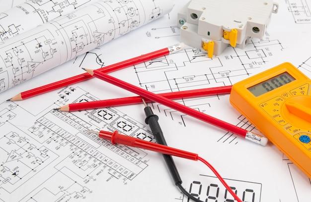 Desenhos de engenharia elétrica, disjuntor, lápis e multímetro digital