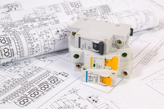 Desenhos de engenharia elétrica e disjuntor modular.