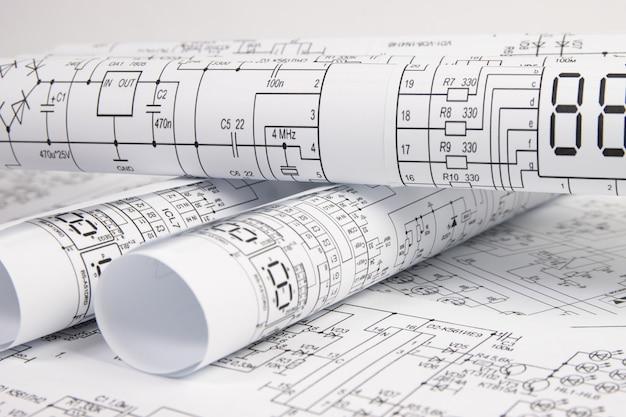 Desenhos de engenharia elétrica em papel. trabalho de um engenheiro eletrônico.