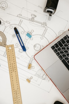 Desenhos de engenharia, transferidor, caderno, trabalho final ou projeto de diploma. mecânica aplicada