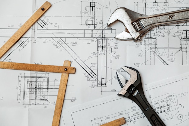 Desenhos de projeto e ferramentas na mesa