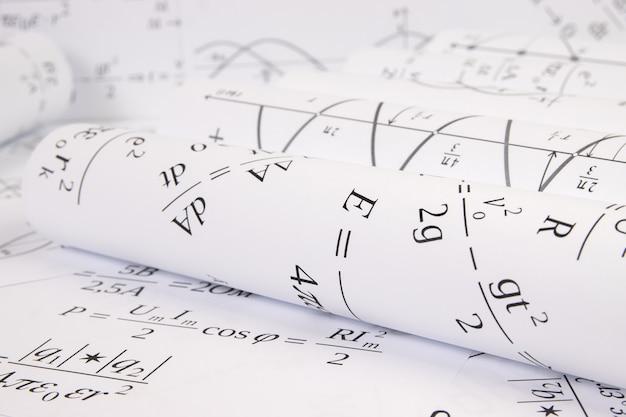 Desenhos de rolos de papel impressos com fórmulas elétricas matemáticas