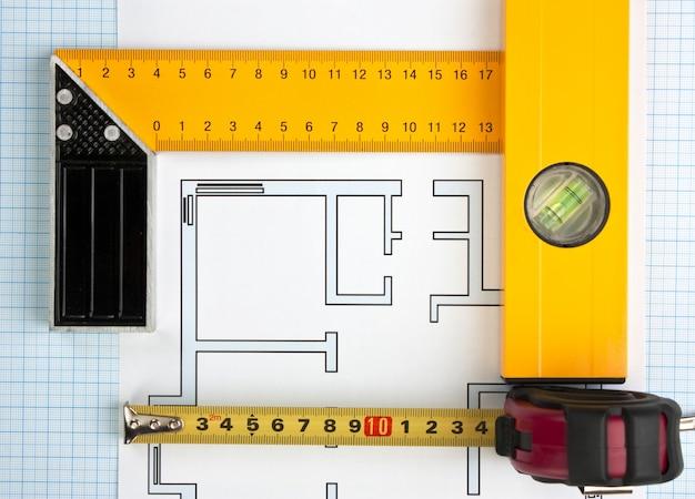 Desenhos e ferramentas de desenvolvimento em papel milimetrado