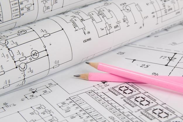 Desenhos e lápis de engenharia elétrica.