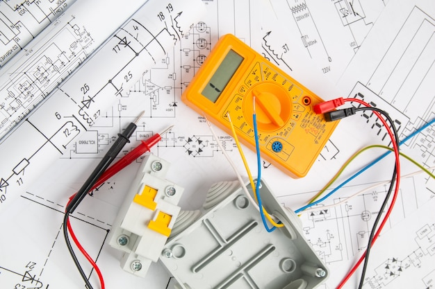 Desenhos elétricos, interruptores, disjuntores, caixa de corte e multímetro digital. instalação de sistemas de alimentação