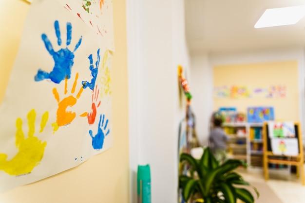 Desenhos feitos à mão pintados por crianças em sua escola.