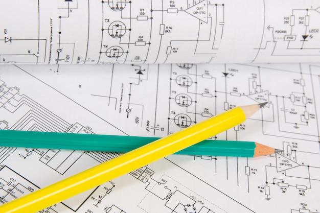 Desenhos impressos de circuitos elétricos e lápis.