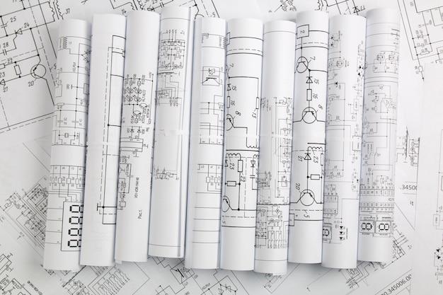 Desenhos impressos de circuitos elétricos.