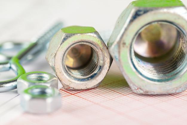 Desenhos técnicos de parafuso e porca. engenharia, tecnologia e trabalho em metal