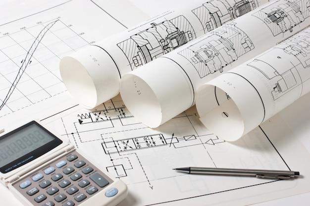 Desenhos técnicos laminados e uma calculadora