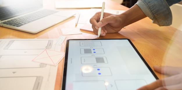 Desenvolvedor da web projeta modelos de interface do usuário