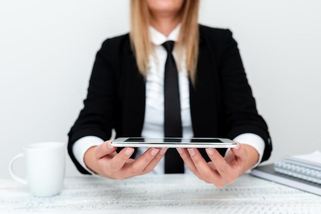 Desenvolvedor de aplicativos apresentando novo programa, exibindo dispositivo atualizado, empreendedor apresentando empreendimentos comerciais, resumo discutindo soluções de problemas modernos