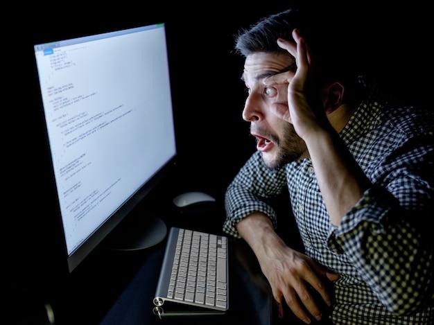 Desenvolvedor de software estressado com computador no escritório em casa