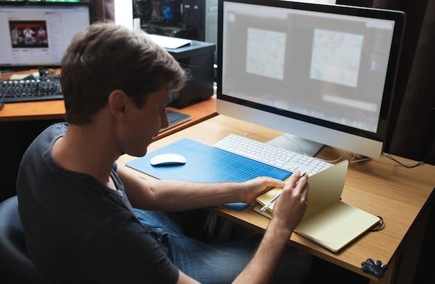 Desenvolvedor freelance ou designer trabalhando em casa