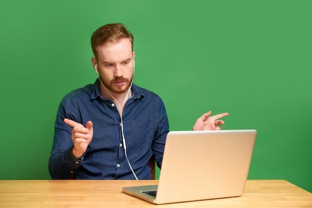 Desenvolvedor participando de videoconferência