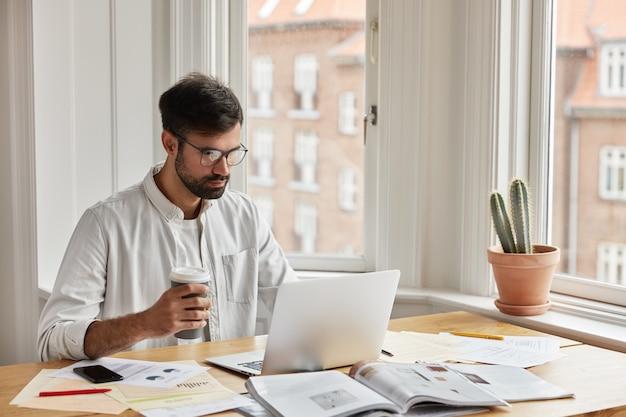 Desenvolvedor profissional de ti trabalhando em casa