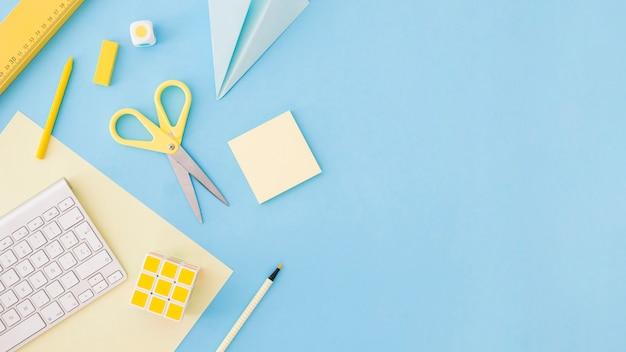 Desenvolver as coisas que colocam em um fundo azul