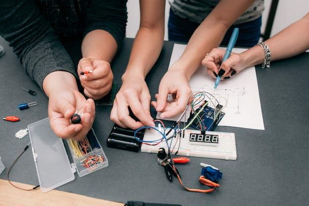 Desenvolvimento coletivo de eletrônica com esquema