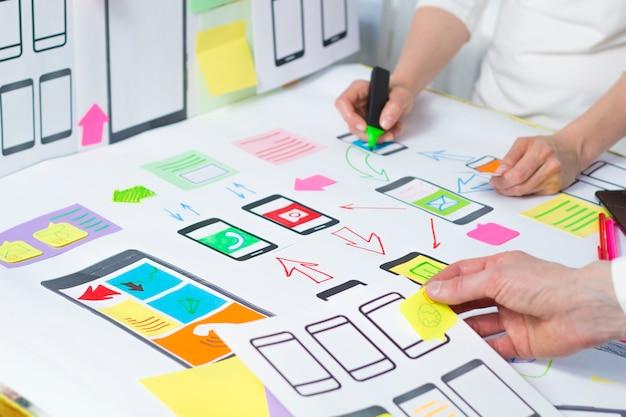 Desenvolvimento de aplicações web criativas para telemóveis.