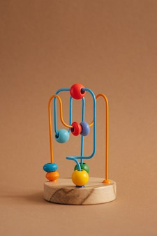 Desenvolvimento de brinquedo para crianças - o labirinto de contas de madeira em fundo marrom