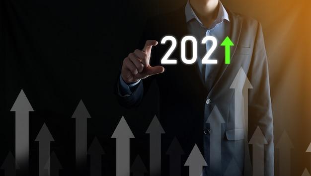 Desenvolvimento de negócios para o sucesso e crescimento do conceito de ano 2021. gráfico de crescimento do plano de negócios no conceito do ano de 2021. plano do empresário e aumento de indicadores positivos em seu negócio.
