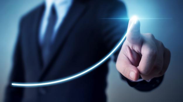Desenvolvimento de negócios para o sucesso e o conceito de crescimento da receita anual crescente, empresário, apontando o plano de crescimento futuro corporativo do gráfico de seta