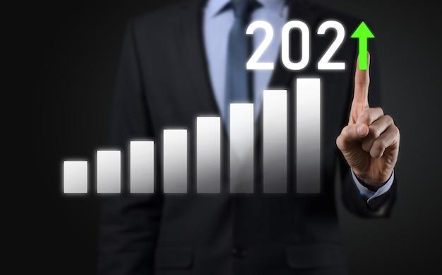 Desenvolvimento de negócios para o sucesso e o conceito de crescimento do ano 2021. gráfico de crescimento do plano de negócios no conceito do ano de 2021. plano do empresário e aumento de indicadores positivos em seu negócio.