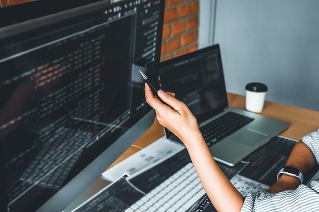 Desenvolvimento de programador lendo códigos de computador desenvolvimento desenvolvimento de sites e tecnologias de codificação.