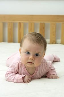 Desenvolvimento do bebê aos 4 meses. cuidados e educação do bebê.