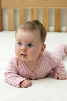Desenvolvimento do bebê aos 4 meses. educação e paternidade.