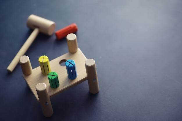 Desenvolvimento infantil. brinquedo de madeira infantil em cima da mesa da área de jogo. sala de criatividade e autodesenvolvimento infantil. construtor de madeira.