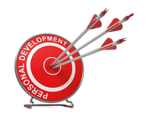 Desenvolvimento pessoal - conceito de negócio. três setas acertando o centro de um alvo vermelho, onde está escrito
