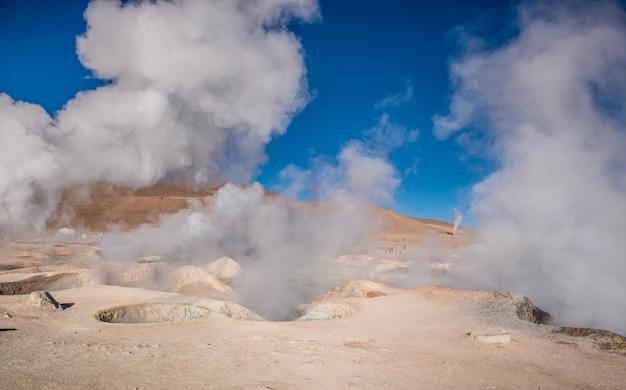 Deserto boliviano e gêiseres fumegantes