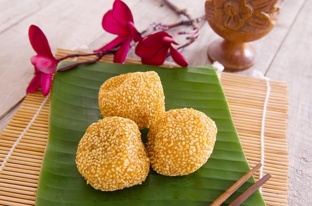 Deserto da malásia, onde-onde ou conhecido como bola chinesa de gergelim na folha de bananeira.