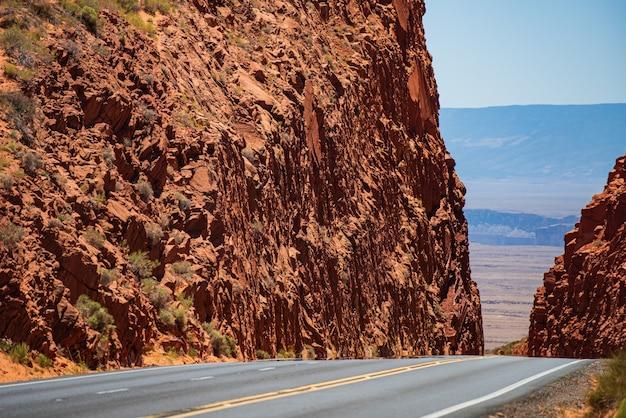 Deserto de mohave pela rota 66 na califórnia yucca valley, eua. viagem pela estrada americana.