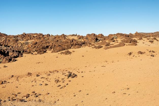 Deserto de solo vermelho com fundo claro