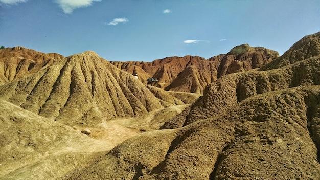 Deserto de tatacoa sob a luz do sol e um céu azul na colômbia