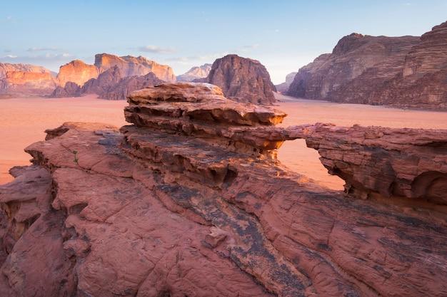Deserto de wadi rum na ponte de pedra natural da jordânia