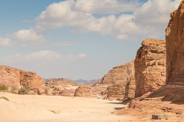 Deserto, montanhas vermelhas, rochas e céu azul. egito, península do sinai.