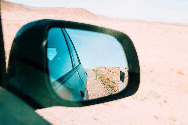 Deserto no espelho do carro