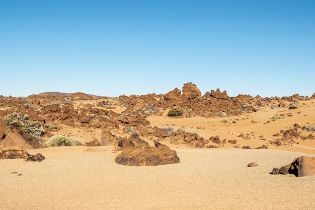 Deserto pedregoso com céu claro